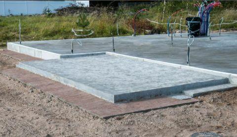 Невысокая бетонная терраса в два уровня