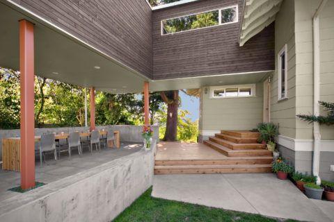 Открытая терраса – в качестве отделки бетонной поверхности использованы плитка и дерево