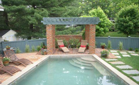 Патио у бассейна – от взглядов со стороны помимо невысокого забора защищает уровень рельефа участка
