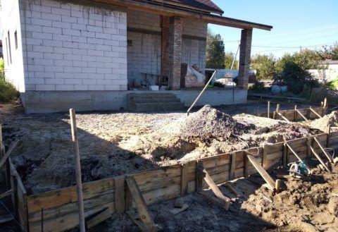 Песчано-гравийная подушка в основании бетонной террасы
