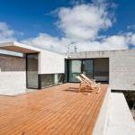 Современная архитектура проста и брутальна, но удивляет своей строгостью – вид строения оживляет деревянный настил на бетоне