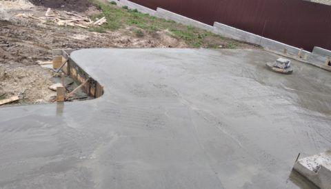 Свежезалитый бетон на террасе