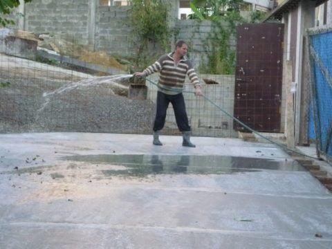 Свежий бетон нужно проливать водой