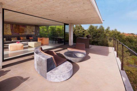 Высокая бетонная терраса, пристроенная к дому