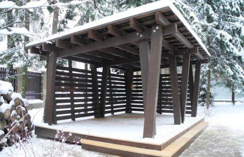 Беседка с деревянным полом