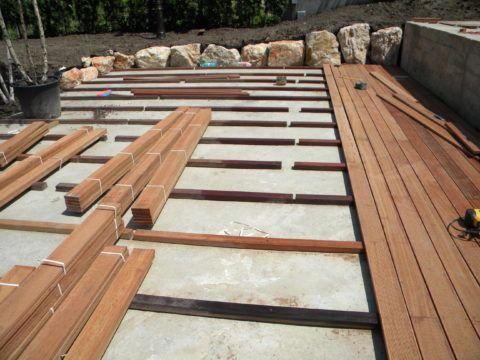 Поверх бетонного основание делается настил из досок