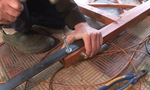 Крепление металлических ножек на шпалеру