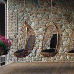 Плетеные кресла на цепях