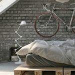 Старый велосипед, закрепленный на стене или подвешенный к потолку. Кстати, это отличное решение и для хранения рабочей техники