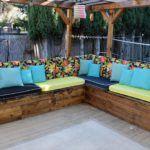 Чтобы на жёсткой садовой мебели было удобно сидеть, нужно сшить мягкие накладки и подушки