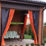 Двухцветные шторы можно повестить не только в домашней гостиной, но и на улице