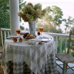 Где бы ни стоял стол: в доме или на террасе, со скатертью он всегда будет смотреться наряднее