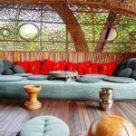 Мягкая мебель с цветными подушками