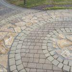 Декоративное покрытие, в котором использовано несколько видов камня